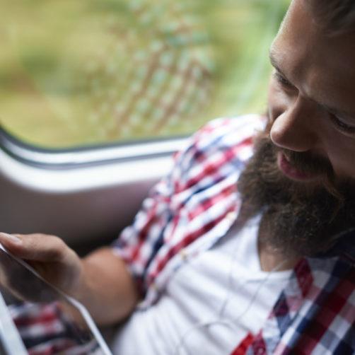 Homme dans le train sur une tablette