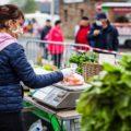 vendeuse de fruits et légumes masquée sur le marché