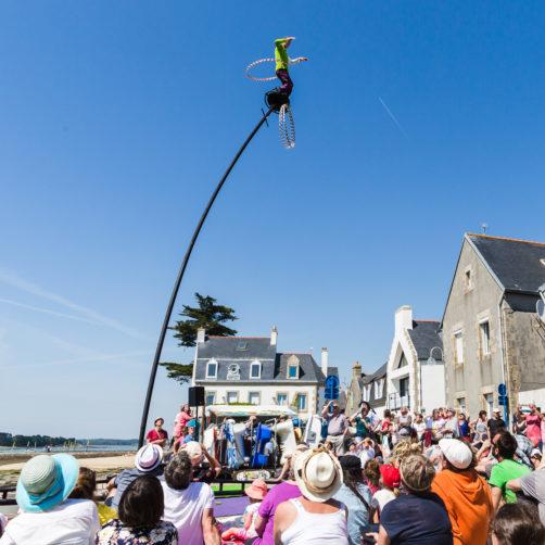 Spectace de rue dans un village du littoral durant la Fête de la Bretagne