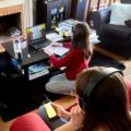 famille s'adonnant à diverses activités sur tablette, smartphone...
