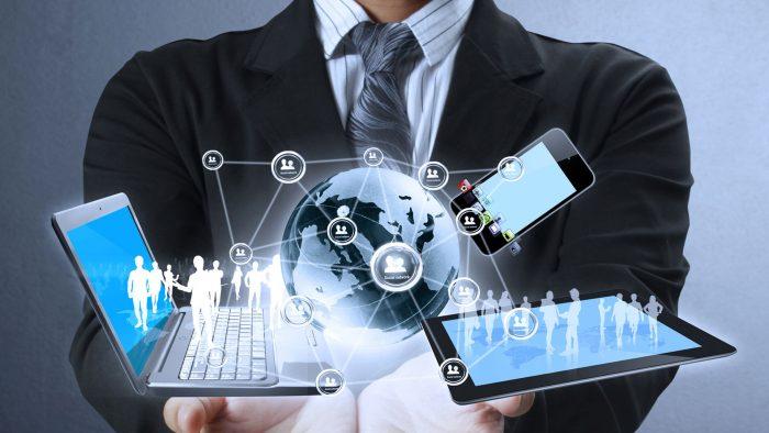 Image d'un homme présentant ordinateur, portable et tablette connectant des personnes entre eux