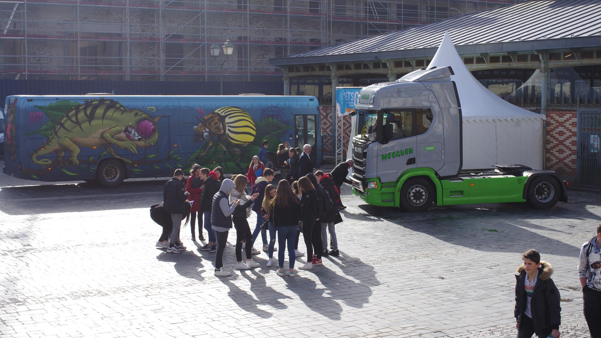 Groupe de personnes devant le bus l' escape game de Transdev sur les stereotypes métiers