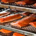 tranches de saumon séchant sur des grilles