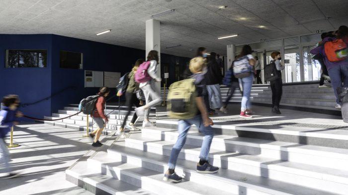 elèves montant les marches pour entrer dans le nouveau lycée Diwan de Vannes