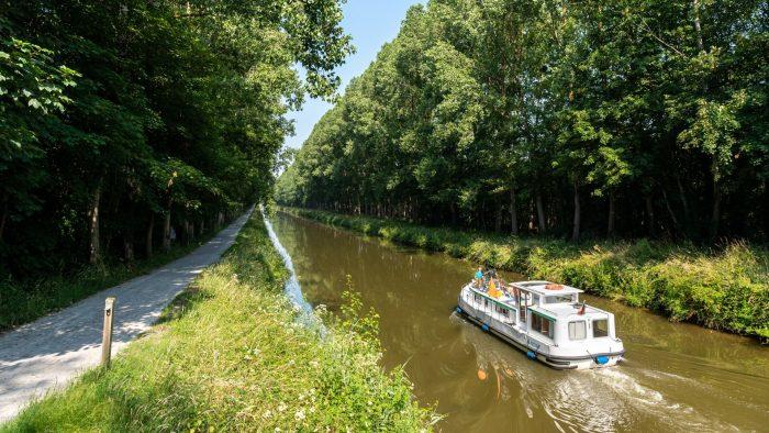 Vue en perspective du canal et ateau qui navigue sur le canal de Nantes à Brest