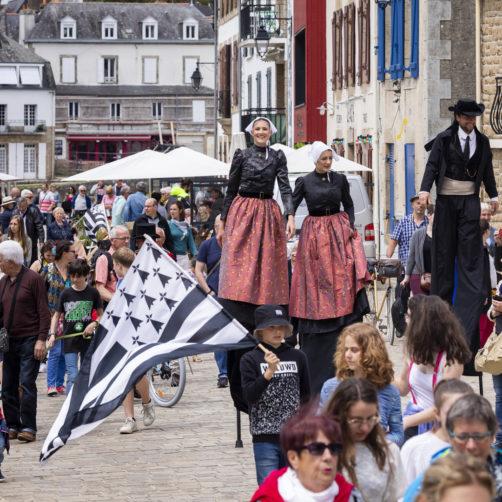 spectacle de rue durant la Fête de la Bretagne
