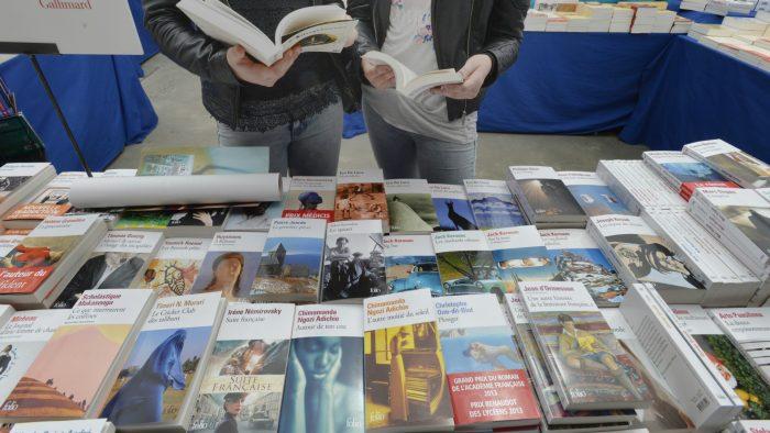 Lectrices devant un étal de livres
