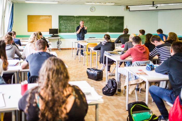 Lycéens dans une salle de classe