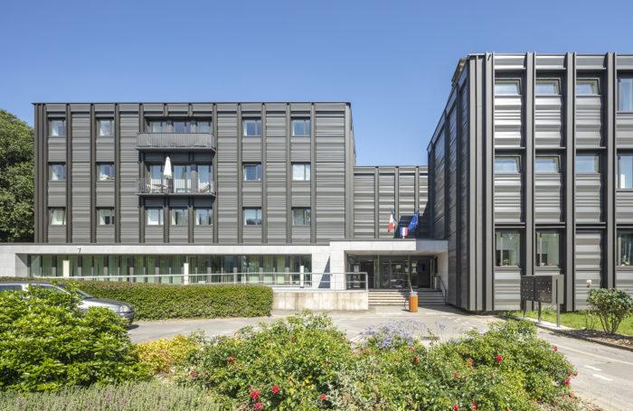 Vue de la nouvelle façade de l'entrée du lycée Bréquiny