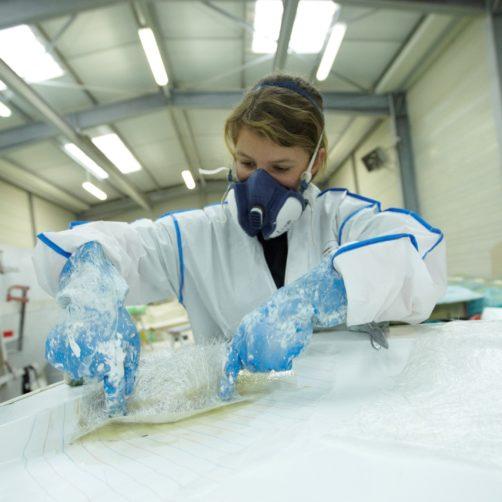 Femme en tenue de travail dans atelier de JPK Composites