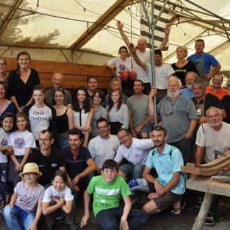 benévoles devant une pilotine (bateau du patrimoine) reconstruite à l'identique