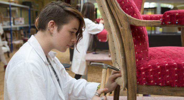 tapissière tapissant un fauteuil