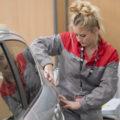 jeune fille en compétition aux Olympiades dans les métiers de l'automobile