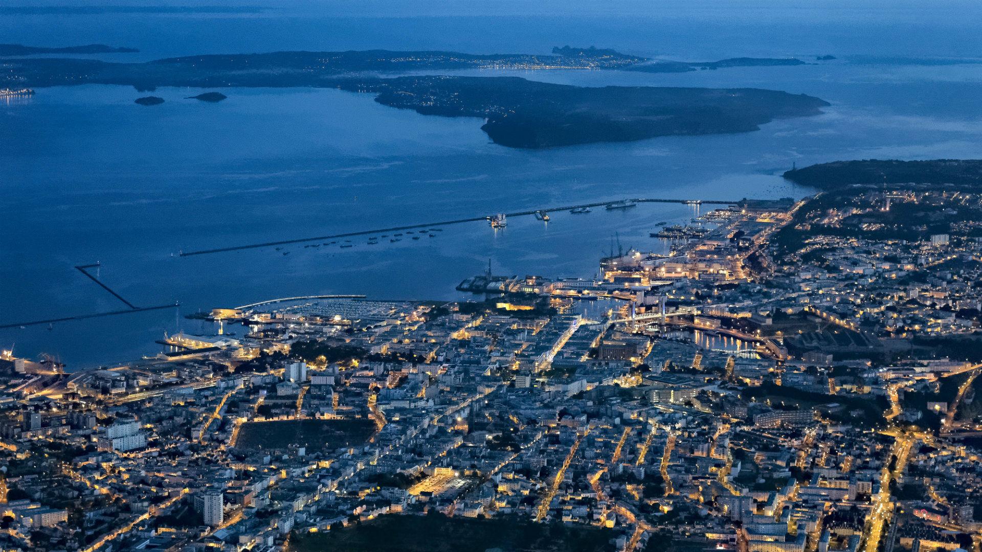 Vue de hauteur et de nuit de Brest