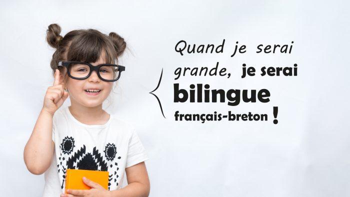 """Petite fille de 4 ou 5 ans levant le doigt etdisant """"quand je serai grande, je serai bilingue français-breton"""""""