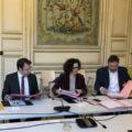 Le président Loïg Chesnais-Girard en train de signer la convention SARE avec les partenaires.