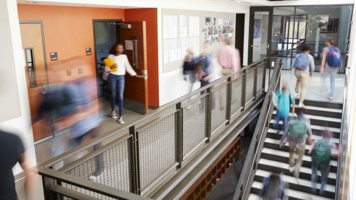 Lycéens pendant l'intercours dans un lycée