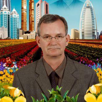 Autoportrait de Martin Parr au milieu d'un champ de fleurs artificielles, avec les tours de Dubai en arrière-plan