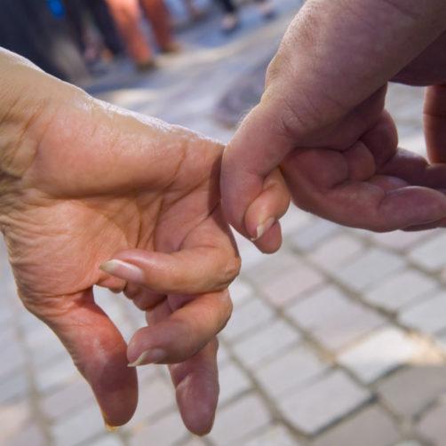 deux mains se tenant par le petit doigt