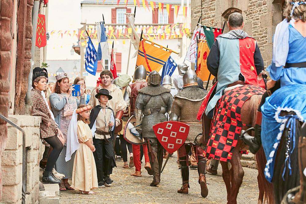 Fête médievale dans une cité de Bretagne : fêter l'histoire et le patrimoine
