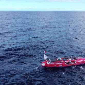Le navigateur Guirec à bord de son monotype aviron