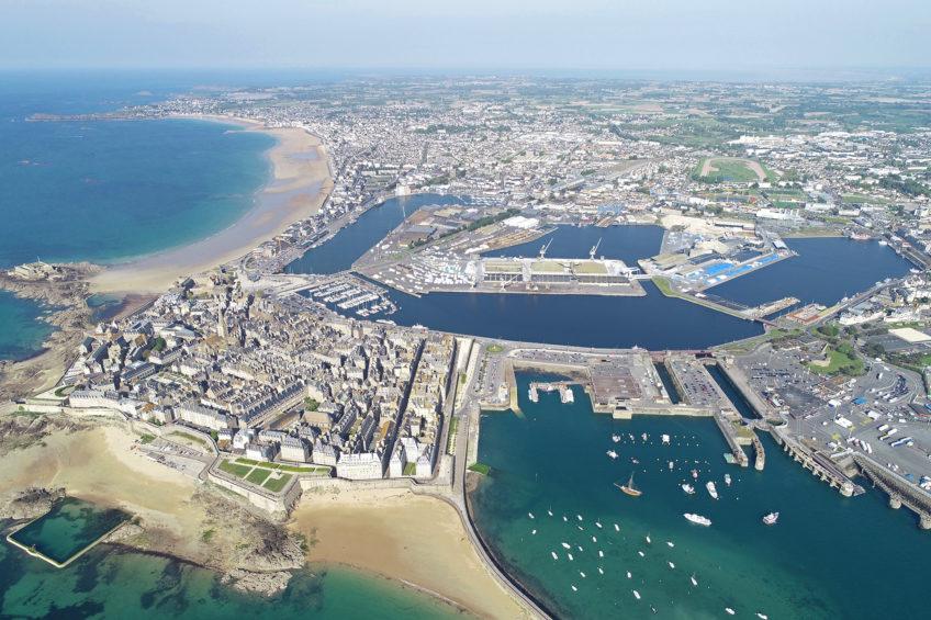 Vue aérienne du port de Saint-Malo et des différents bassins.