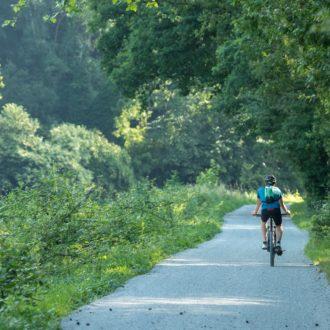 Cycliste sur le chemin de halage le long du canal du Blavet