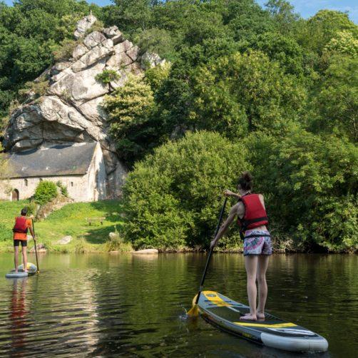 Deux pratiquants de stand up paddle sur le canal du Blavet à la chapelle Saint-Gildas (56)