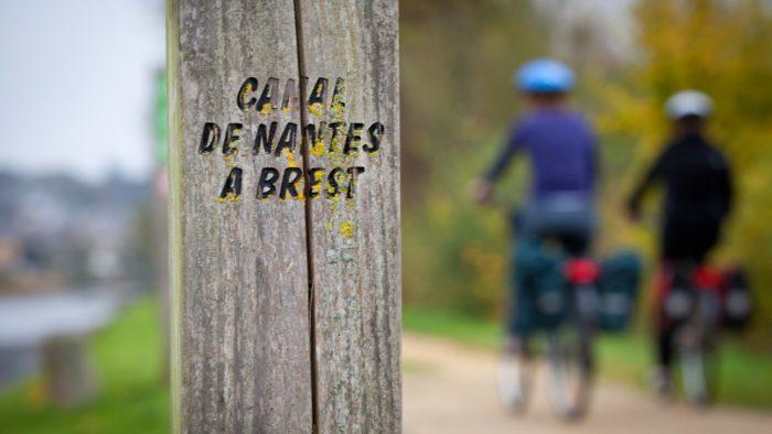 Deux cyclistes sur le chemin de halage du canal de Nantes à Brest