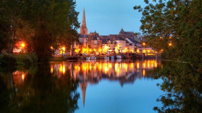 Ville de Redon (35) et la Vilaine à la tombée de la nuit