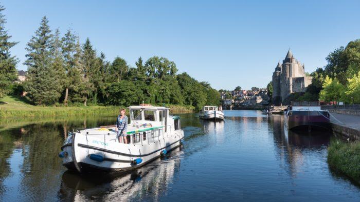 Péniches navigant devant le château de Josselin, Petite cité de caractère et Cité d'art (56)