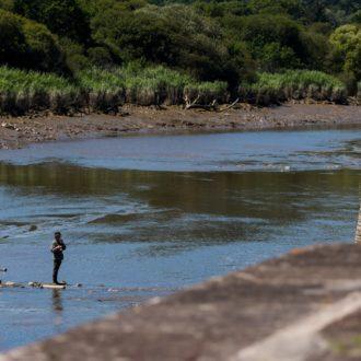 Pêcheur dans le canal à Port-Launay (29)