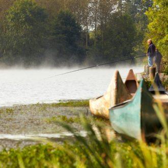 Un pécheur à la ligne sur la rivière de l'Oust