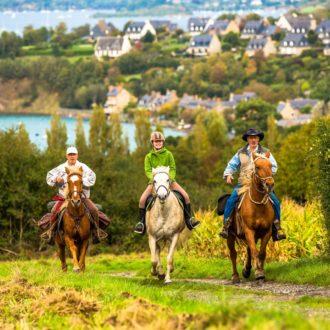 Cavaliers en randonnée équestre sur le Mont Garrot, vue sur la Rance (35)