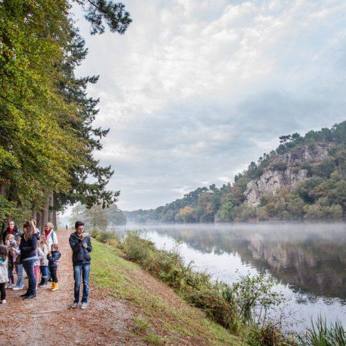 Groupe de promeneurs participant à une balade contée sur le site de l'Île aux pies (56)