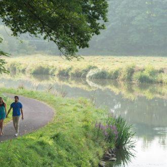 Couple se promenant aux écluses St Jouan et de Carmenais à Guillac (56)