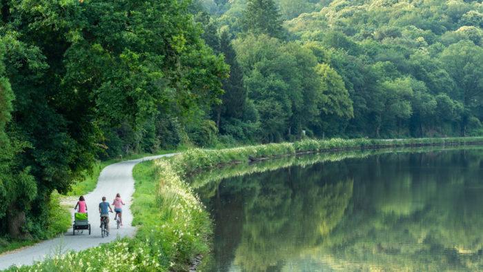 vue eloignée de cyclistes sur le canal de Nantes à Brest