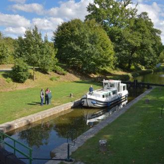 passage d'un bateau sur une écluse du canal d'Ille et Vilaine